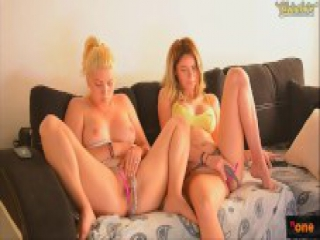 Hot lesbians masturbate on webcam for their viewers - Chaturbate